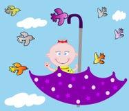 Mały wesoło dziecko w parasolu na niebie Fotografia Royalty Free