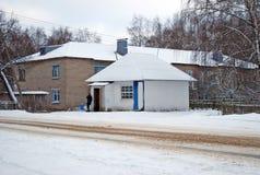 Mały wiejski sklep spożywczy przeciw tłu storeyed koszary w wiosce Karmanovo obraz stock