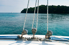 Mały winch z arkaną na pokładzie luksusowy jacht Zdjęcia Royalty Free
