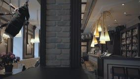 Mały wygodny bar z dużą półką z alkohol butelkami na nim, bar odpierający i Irlandzkie kobze wiesza na ścianie, zdjęcie wideo