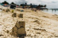 Mały zabawy sandcastle na plaży zdjęcia stock