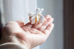 Mały zawijający prezent w palmie ręka Fotografia Royalty Free