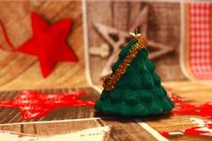 Mały zielony jedlinowy herringbone z złotą dekoracją na świątecznym tablecloth s jako nowego roku i bożych narodzeń dekoracja Zdjęcia Stock