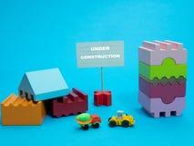 Mały znaka stojak w budowie wśród budowniczy zabawek zdjęcia royalty free