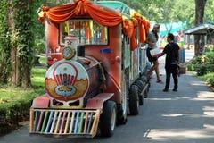 Mały zoo pociąg, mała taborowa podróż w zoo zdjęcie stock