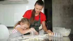 Mały zwolennik Pomaga Jej matki Gotować Matka Pokazuje Jej Daugher Dlaczego Przygotowywać ciasto zdjęcie wideo