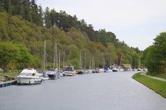 Małych łódek cumowania na kanale Fotografia Royalty Free