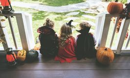 Małych dzieci częstowanie lub sztuczka obraz royalty free
