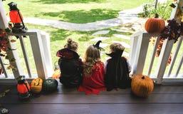 Małych dzieci częstowanie lub sztuczka zdjęcia stock