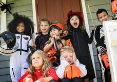 Małych dzieci częstowanie na Halloween lub sztuczka fotografia royalty free
