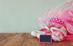Małych dziewczyn partyjny strój: biel buty, korona i różdżka kwiaty na drewnianym stole, drużki lub czarodziejki kostium Fotografia Stock