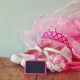 Małych dziewczyn partyjny strój: biel buty, korona i różdżka kwiaty na drewnianym stole, drużki lub czarodziejki kostium Zdjęcie Stock