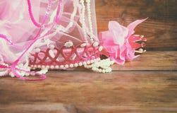 Małych dziewczyn partyjny strój: korona i vail na drewnianym stole drużki lub czarodziejki kostium Zdjęcie Stock