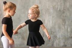 Małych dziewczynek ballerines fotografia royalty free