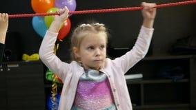 Małych dziewczynek dzieci przepustek przeszkody przy przyjęciem urodzinowym zbiory