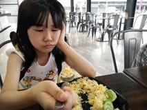 Małych Dziewczynek odczuć brak apetyt z jedzeniem obraz royalty free