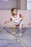 Małych Dziewczynek przedstawienia dotykają dokumentują jej zakładają coś gdy szyldowy Zdjęcia Royalty Free