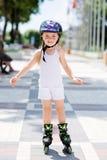 Małych dziewczynek przejażdżki na rolkowych łyżwach przy parkiem Fotografia Royalty Free