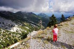 małych dziewczynek spojrzenia przy górami obrazy stock