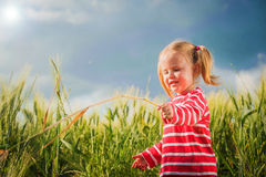 Małych dziewczynek sztuki między z zielenią groszkują na wsi Obraz Stock