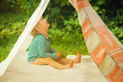 Mażąca dziecko sztuka w naturze w improwizującym domu zdjęcie stock