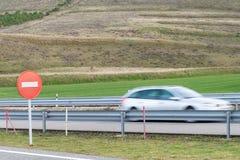 Mażąca samochodowa sylwetka na autostradzie Obraz Stock