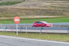 Mażąca samochodowa sylwetka na autostradzie Fotografia Stock