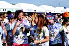 Mażący z barwionymi barwidłami, młodzi ludzie ma zabawę przy koloru Manila błyskotliwości bieg Zdjęcie Stock