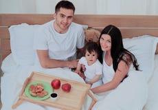 Ma śniadanie uśmiechnięta rodzina zdjęcia royalty free