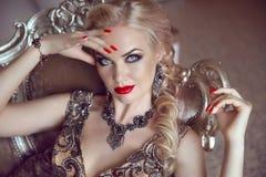 塑造美丽的肉欲的白肤金发的妇女室内画象有ma的 免版税库存图片
