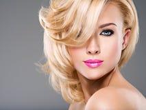 美丽的妇女画象有金发的 明亮的时尚ma 免版税库存图片
