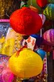 特写镜头五颜六色的国际灯笼,吊Ma,越南 免版税库存图片