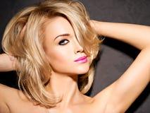美丽的妇女画象有金发的 明亮的时尚ma 免版税图库摄影
