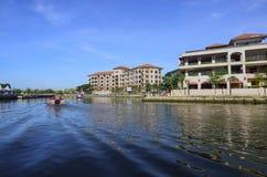 马六甲,马来西亚- 2015 11月7日,巡航游览小船在Ma航行 免版税库存图片
