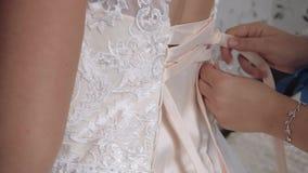 Ma?ana de la novia, una mujer hermosa en un vestido blanco se est? preparando para la boda, c?mara lenta 1 almacen de video