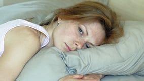 Ma?ana Despertar a mujeres en cama almacen de metraje de vídeo
