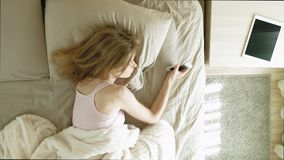 Ma?ana Despertar a mujeres en cama Visi?n superior almacen de metraje de vídeo