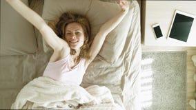 Ma?ana Despertar a mujeres en cama Visi?n superior metrajes