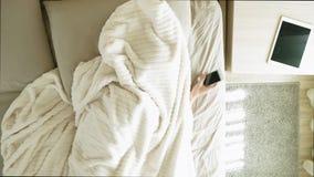 Ma?ana Despertar a mujeres en cama Visi?n superior almacen de video