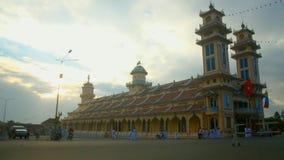 Ma?ana en La Meca del caodai en Vietnam almacen de video