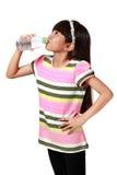Mała azjatykcia dziewczyny woda pitna Zdjęcie Stock