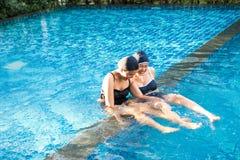 ma basenu przyjaciel zabawa wpólnie dwa kobiety Obrazy Stock