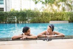 ma basenu przyjaciel zabawa wpólnie dwa kobiety Zdjęcie Royalty Free