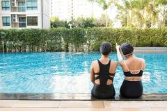 ma basenu przyjaciel zabawa wpólnie dwa kobiety Obraz Royalty Free