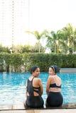 ma basenu przyjaciel zabawa wpólnie dwa kobiety Obrazy Royalty Free