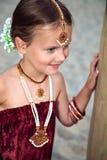 Mała caucasian dziewczyna z orientalnym jewellery Zdjęcia Royalty Free