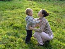 MA con il figlio all'indicatore luminoso opposto Immagine Stock
