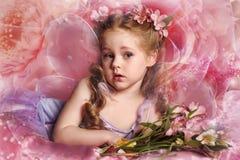 Mała czarodziejka z kwiatami Fotografia Royalty Free