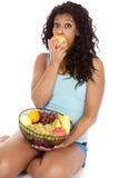 Maçã da mordida da fruta da cesta do americano africano da mulher Imagens de Stock