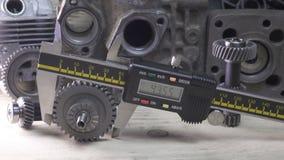 Ma? der Details durch einen digitalen Tasterzirkel, Transportwagen geschossen stock footage